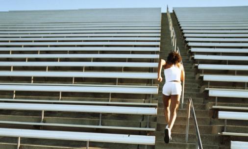 femme afriquaine qui monte des escaliers