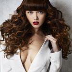 ভলিউম curls সঙ্গে bangs