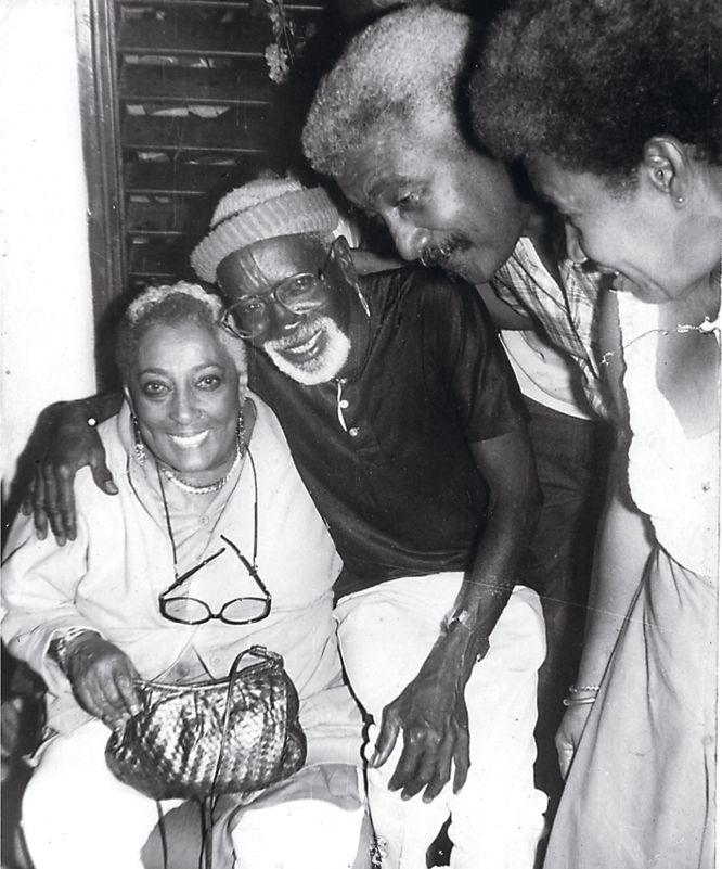 Mi abuelo, Gilberto Torres, en el salón de su casa en la barriada habanera de Sta Amalia junto a la cantante afroamericana Carmen McRae.