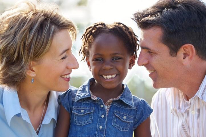 Los claroscuros de la adopción transracial internacional