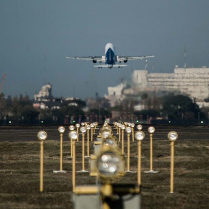 Bajándose del avión en París