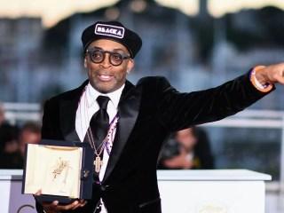 Spike Lee com troféu de Cannes pelo filme Infiltrado na Klan
