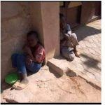 Triste photo de deux enfants d'Almajiri tremblant de froid alors qu'ils dorment dans la rue