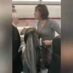Elle refuse de porter un masque et tousse sur les passagers en se faisant expulser d'un avion