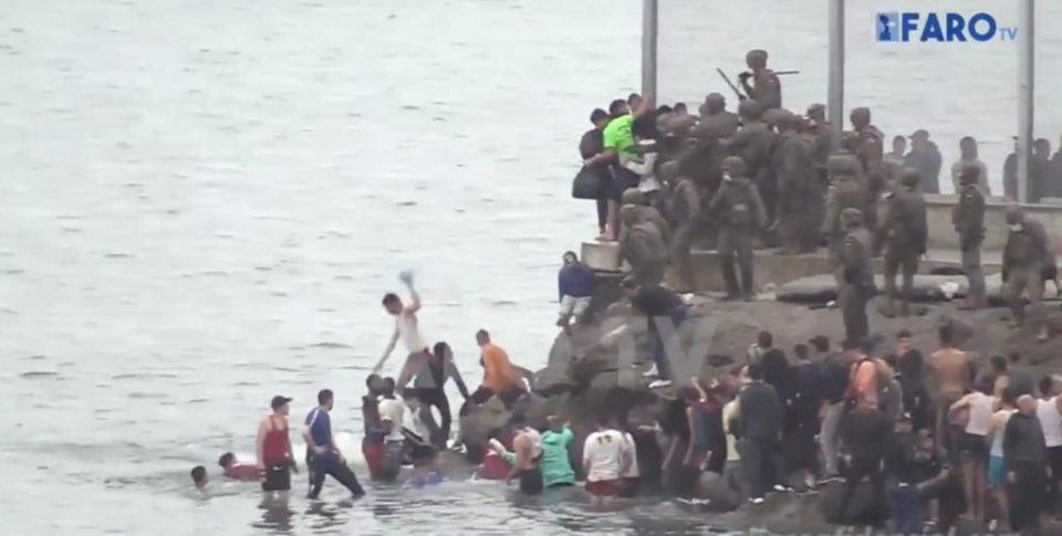 Des soldats espagnols usent de la force pour pousser des migrants marocains dans la mer (vidéo)