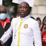 un pasteur kenyan accusé d'avoir vendu de la fausse huile qui « protège » les fidèles du coronavirus, comparaît devant le tribunal au Royaume-Uni