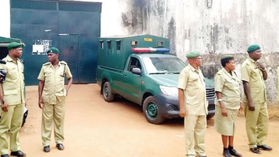 Nigeria: Des hommes armés attaquent une prison, tuent des militaires et libèrent 240 détenus
