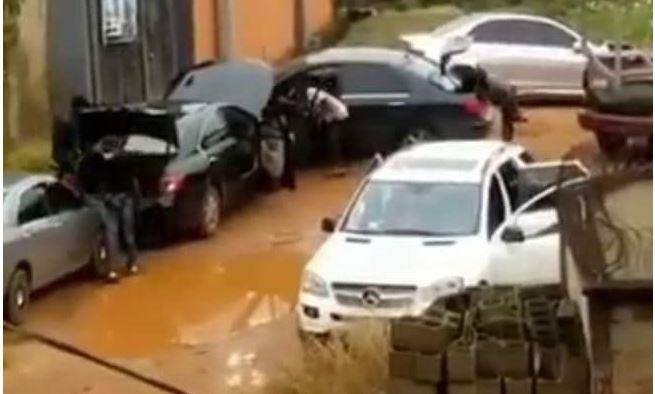 Nigeria: Un homme traîné hors de sa voiture et abattu par des homme armés (vidéo)
