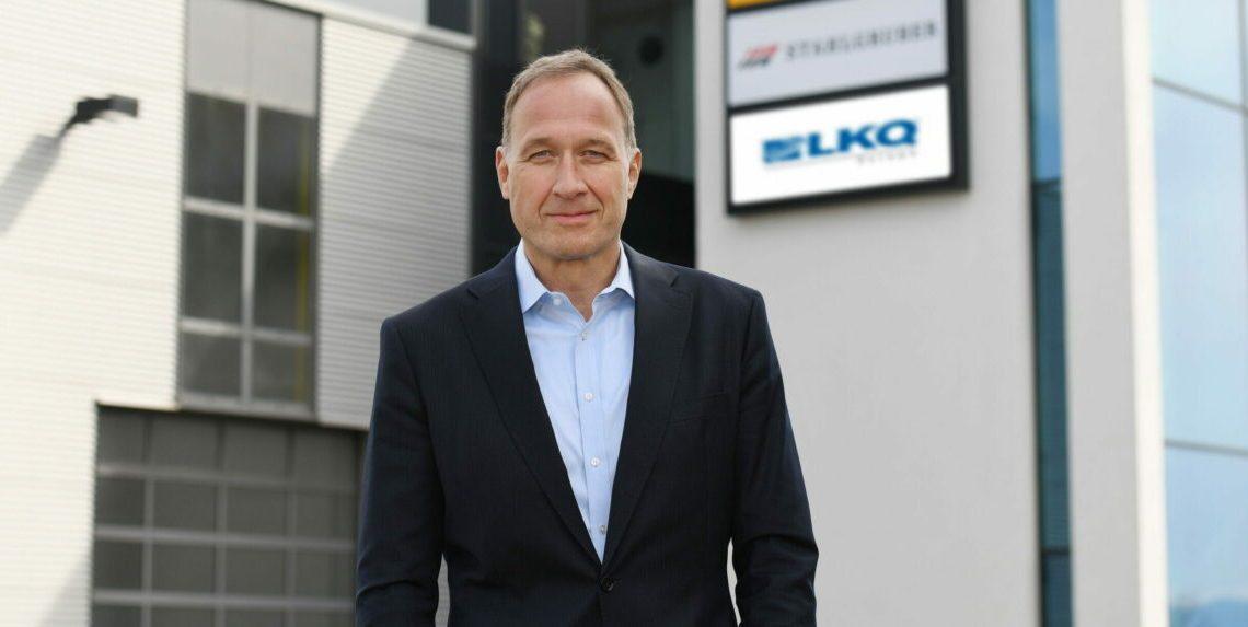 Arnd Franz, CEO von LKQ Europe vor dem STAHLGRUBER Verkaufshaus in Wolfschlugen