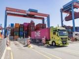 Container werden in Hamburg auf autonome Lkw geladen