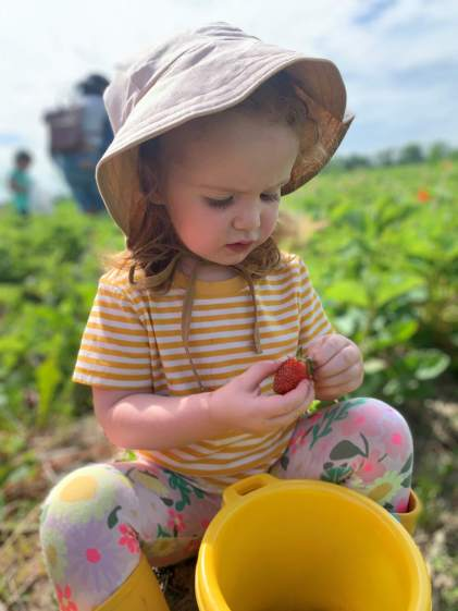 Young girl at orchard with hat