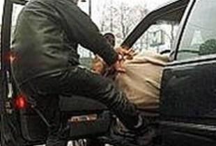 صادم: عصابة خطيرة تسرق سيارة خفيفة بأكادير على شاكلة الأفلام الهوليودية بعدما هاجمت صاحبها