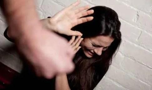 حقوقية بأكادير تسقط في حالة إغماء إثر تعرضها لاعتداء شنيع في الشارع العام.