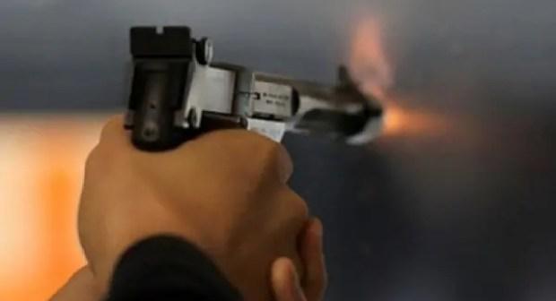 التحقيق مع شرطي أطلق النار على مواطن عندما كان خارج ساعات العمل العادية.
