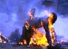 ذو سوابق في الجرائم العنيفة يضرم النار في جسده بالقرب من الباب الرئيسي لمقر الشرطة.