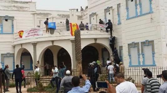 عااجل بإفني.(+صور):حالة استنفار كبير بعد اقتحام مقر الإدارة الاسبانية ورفع العلم الإسباني