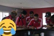 صورة طريفة… لاعبوا المنتخب الوطني يبحثون عن « الويفي »