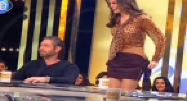 ملكة جمال لبنان تخلع ملابسها أمام الجمهور