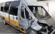 مجهولون يحرقون سيارة للنقل المدرسي، وعناصر الشرطة تفتح تحقيقا في الحادث