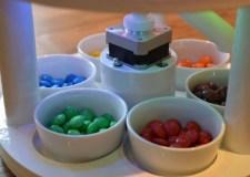 بالفيديو: آلة منزلية لفرز قطع الحلوى حسب الألوان