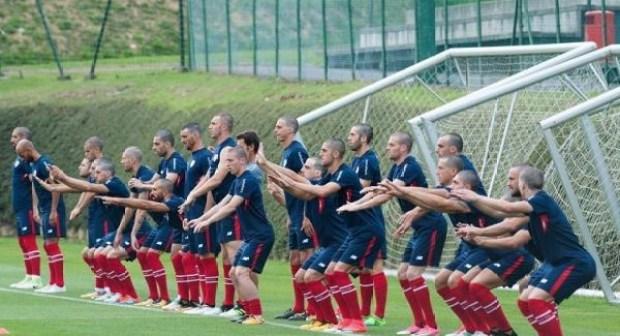 لاعبو فريق اسباني يحلقون رؤوسهم تضامنا مع زميلهم مريض بالسرطان