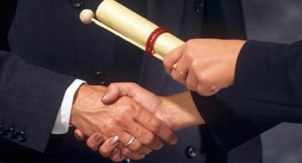 وزراء و قادة أحزاب يمتلكون شواهد جامعية تم شراؤها
