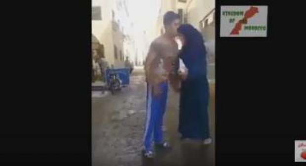 ههه: محجبة تنطح شابا في الشارع برأسية مثيرة