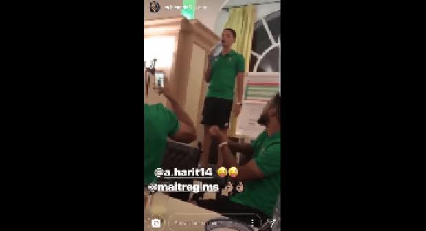 شاهد اللاعب أمين حاريث يغني للاعبي المنتخب المغربي