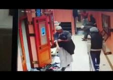 شفار في هيئة ' ملتزم ' يسرق حذاء بمسجد