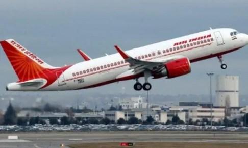 (+فيديو)ذعر يصيب ركاب الطائرة بعد سقوط إحدى نوافذها