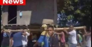 بالفيديو:مشهد غريب لقرويين يحملون منزلا على أكتافهم