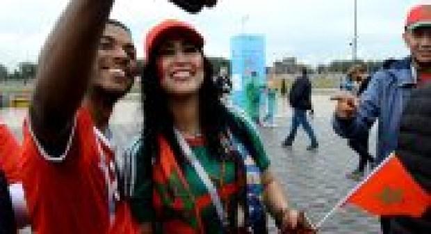 دنيا بوتازوت ناشطة وسط الجمهور المغربي خلال مباراة المغرب وإسبانيا