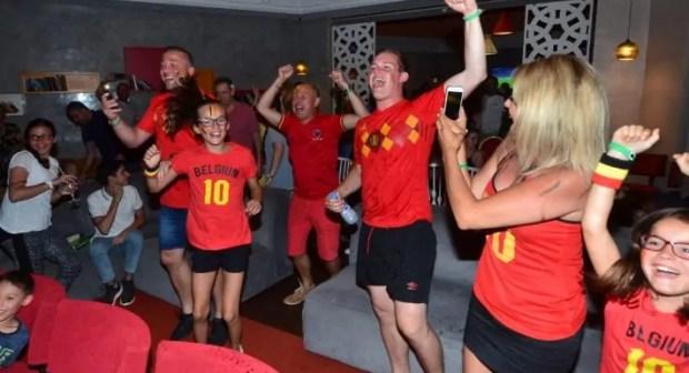 سياح بلجيكيون يحتفلون بأكادير إلى ساعات متأخرة من الليل، بعد الإطاحة بالبرازيل في المونديال