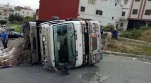 انقلاب شاحنة باشتوكة ايت باها، و إصابة السائق في الحادث.