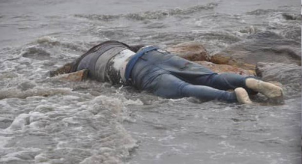 """مؤثر:أمواج البحر تقذف الى الشاطئ جثة """"بلا رأس"""" لشخص مجهول الهوية"""