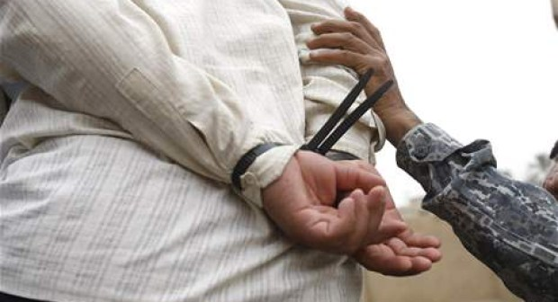 أكادير: ولاد الشعب يعتقلون أفرادا من عصابة متخصصة في سرقة البطاريات ويربطونهم بحبل، قبل تسليمهم لعناصر الدرك.