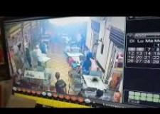 هكذا حولت عصابتان خطيرتان مطعما إلى ساحة حرب بامتياز (فيديو)