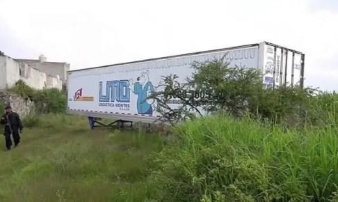 العثور على شاحنة تحمل أكثر من 100 جثة وتنبعث منها رائحة كريهة
