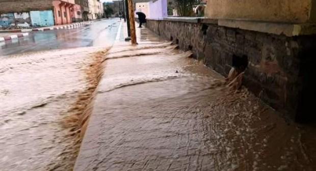 +صور: الأمطار القوية تتسبب في خسائر فادحة بالأقاليم الجنوبية، وتقطع طريقا رئيسية في وجه حركة السير.