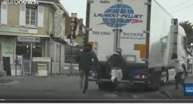 خطير:مهاجرون يركضون خلف الشاحنات للتسلل إلى بريطانيا