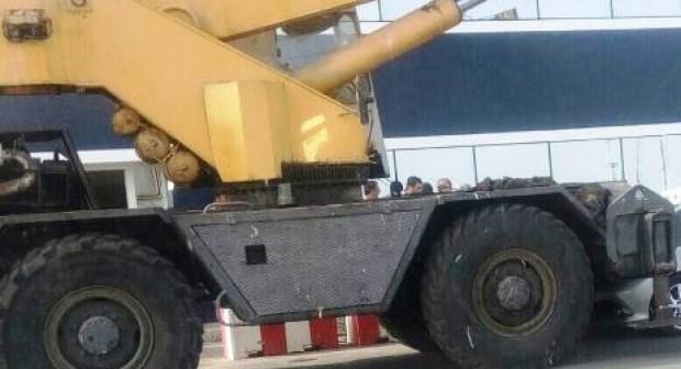آلية ضخمة تتسبب في حادث خطير بميناء أكادير وسط تساؤلات عن احترام مبادئ السلامة