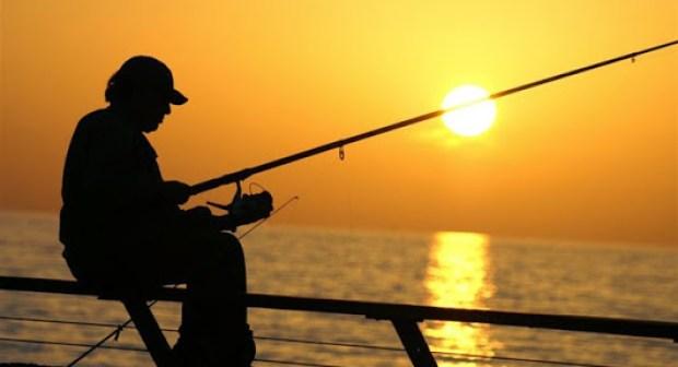 """هواة رياضة صيد الأسماك على موعد مع مسابقة صيد سمك """"بلاك باص"""" بأكادير."""