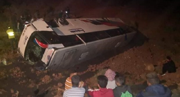بالصور:مصرع متزوجة و إصابة العشراب في انقلاب خطير لحافلة في الطريق الرابطة بين أكادير و الراشدية
