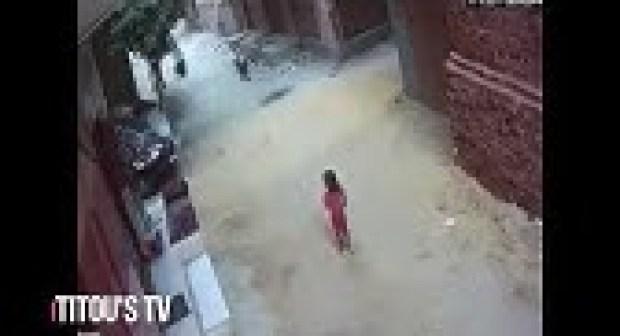 شاب يحاول اختطاف طفل من امام منزله