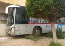 خسائر فادحة في حادث اصطدام حافلة للنقل العمومي مع عمارة سكنية