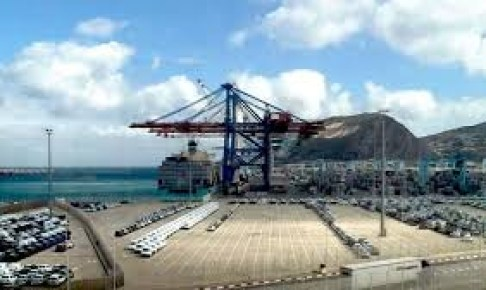 مادة ملوثة بميناء أكادير تخلق الجدل من جديد.