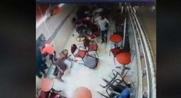 بالفيديو: عصابة مدججة بالسيوف تهاجم  مقهى بطريقة هتشكوكية، دفعت الرواد إلى الفرار.
