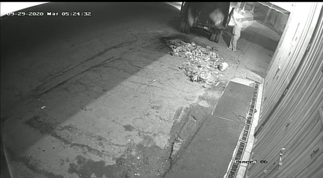 أكادير : إفراغ نفايات بشاحنة الجماعة أمام محل تجاري، يخلق الجدل بين جمعويين و منتخبين. (+فيديو)