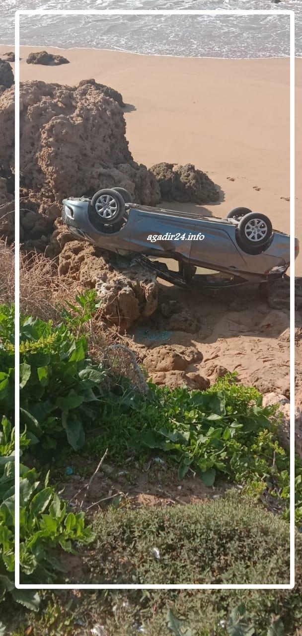 بالصور : سقوط مدوي لسيارة بأكادير وسط البحر في مشهد ناذر.
