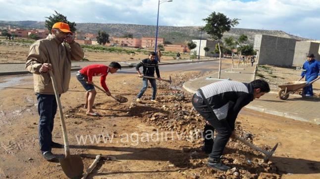 أكادير: شباب حي بواركان يصلحون ما عجزت عنه جرافات الجماعة (+الصور)